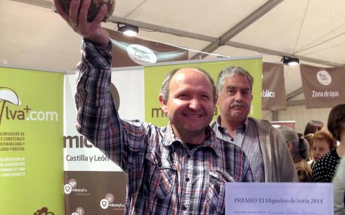 Alejandro Gómez, con el ejemplar ganador (2,275 kg)
